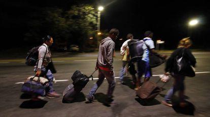 Migrantes venezuelanos percorrem a estrada que liga a cidade de Cúcuta à colombiana Bucaramanga.