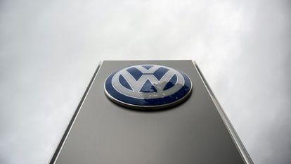Símbolo da Volkswagen em uma concessionária de Viena.