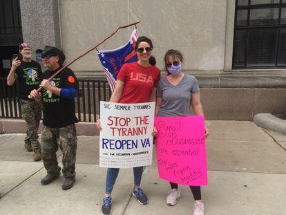 As irmãs Victoria e Ashlyn Landrum, com membros dos Guerreiros Patriotas do Sul, numa manifestação e Richmond (Virgínia).
