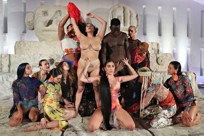 A californiana participou em dezembro de 2919 de uma performance da marca espanhola Desigual.