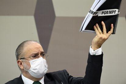 O procurador-geral da República, Augusto Aras, durante a sabatina no Senado, mostra documentos ao dizer que não se omitiu diante da condução do Governo no enfrentamento à pandemia.