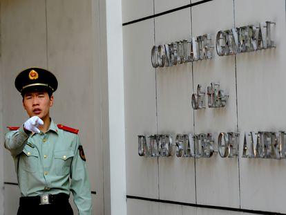 Segurança na entrada do consulado americano em Chengdu (China), nesta sexta.
