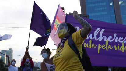 Uma mulher durante protesto em São Paulo, nesta segunda-feira.