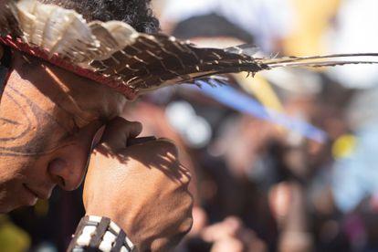 Indígena durante protesto em Brasília pela demarcação de terras, em junho deste ano.