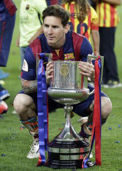 Messi posa com a Copa do Rei.