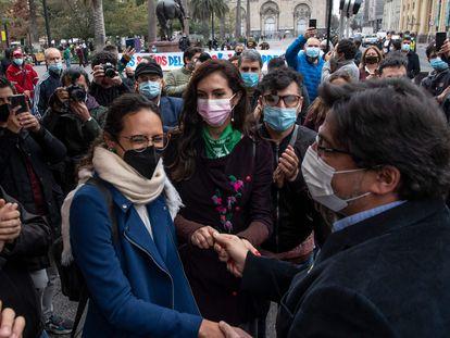 Daniel Jadue cumprimenta simpatizantes na Plaza de Armas de Santiago.