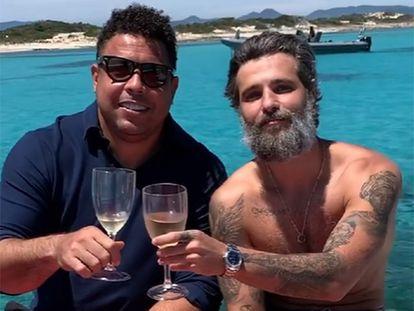 Ronaldo e o ator Bruno Gagliasso, em Formentera, em imagem divulgada pelo ator brasileiro.