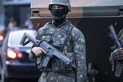 Membro do Exército durante intervenção no Rio de Janeiro.