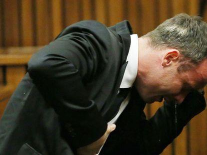 Pistorius chora durante a sessão do julgamento nesta segunda-feira.