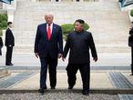 Kim Jong-un y Donald Trump, este domingo en la frontera entre las dos Coreas.