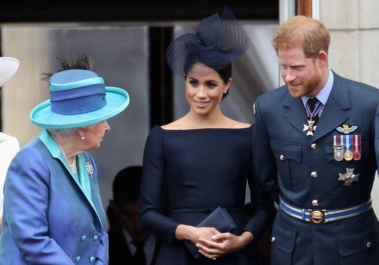 O príncipe Harry da Inglaterra e Meghan Markle contemplam, junto à rainha Elizabeth II, um desfile aéreo no palácio de Buckingham, em 10 de julho de 2018.