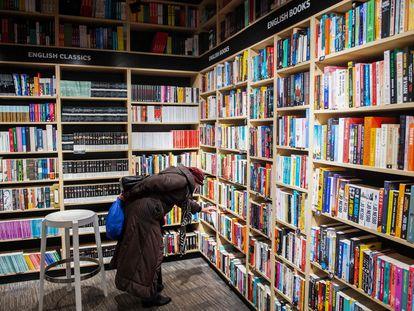 Consumidora em livraria de Bratislava na segunda-feira.
