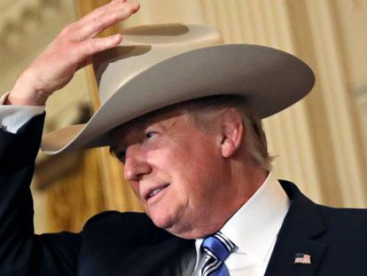 Donald Trump com um chapéu de cowboy na Casa Branca