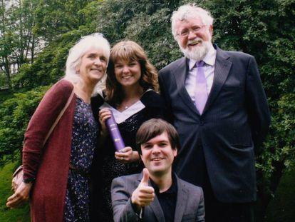 Jo Cameron com seu marido, Jim, e seus filhos, Amy e Jeremy