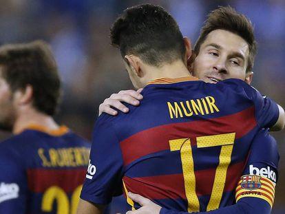Messi e Munir se abraçam após o primeiro gol.