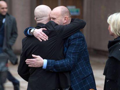 Jason Dunsford e Chris Unsworth, abusados sexualmente por Barry Bennell, se abraçam depois do julgamento.