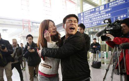 Parentes de um dos passageiros, no aeroporto de Pequim.