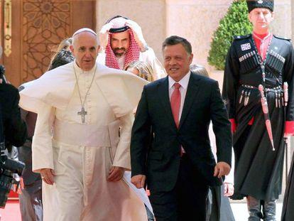 O papa Francisco e o rei da Jordânia neste sábado em Amã.