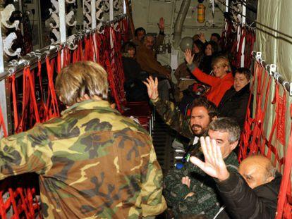 Sobreviventes, em um avião C-130 da Força Aérea grega.