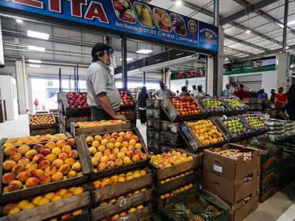 Vendedor de frutas trabalha em Montevidéu, Uruguai, em fevereiro.