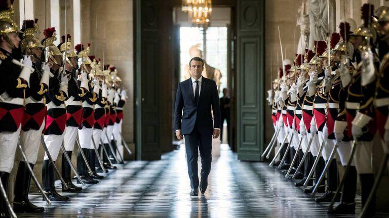 O presidente francês, Emmanuel Macron, entrando no Palácio de Versalhes.
