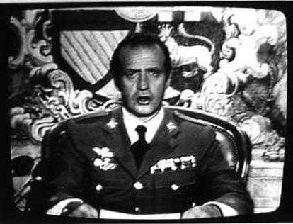 O rei se dirige à nação em um discurso pela TV, na noite de 23 de fevereiro de 1981.