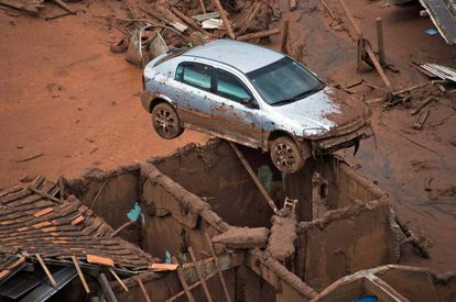 Destruição em Bento Rodrigues, Mariana (Minas Gerais), após rompimento de uma barragem da mineradora Samarco.