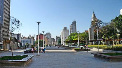 A Praça Roosevelt é São Paulo pra mim: barulhenta, movimentada, surreal. Adoro comprar cerveja no teatro Parlapatões, sentar nas escadas, ver skatistas e artistas, escutar conversas estranhas. Lá eu conheci (ou descobri) algumas das pessoas mais importantes na minha vida. Toda vez que eu pus os pés na Roosevelt, meu coração bateu forte.