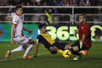 Diego Costa supera Rubén / JUAN MEDINA (REUTERS)