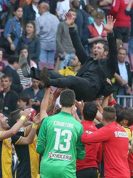 Os jogadores do Atlético levantam Simeone.