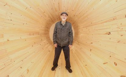 Cildo Meireles na instalação 'Entrevento', exposta no Sesc Pompeia, em São Paulo.