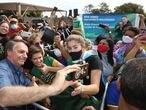 O presidente Jair Bolsonaro tira fotos com apoiadores em Terenos (MS), durante evento no dia 14 de maio de 2021.