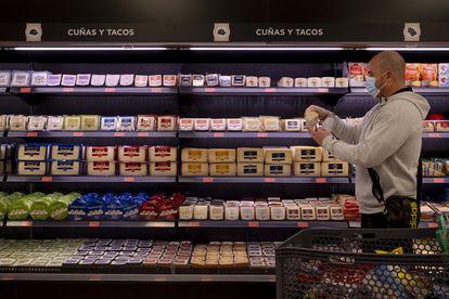 Morador de Sevilha fazendo compras no supermercado, na semana passada.
