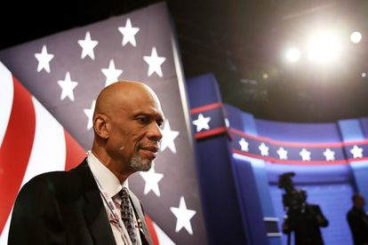 O ex-jogador de basquete Kareem Abdul-Jabbar assiste debate presidencial nos Estados Unidos.
