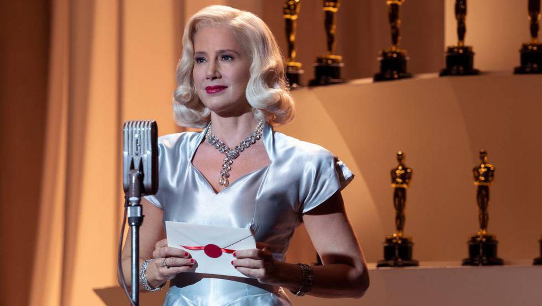 Em 'Hollywood', a série Netflix criada por Ryan Murphy, Mira Sorvino interpreta uma atriz fictícia a quem é oferecido o papel de Lee Miller em uma cinebiografia.