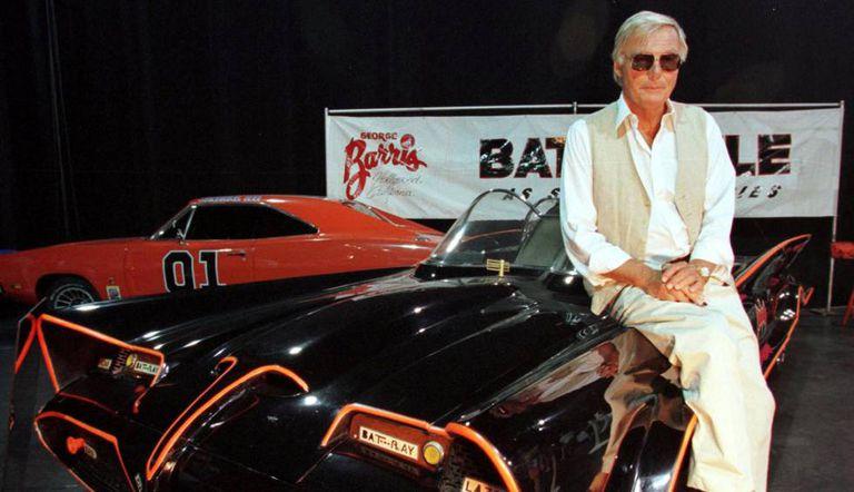 Adam West, em 1999, junto ao carro original utilizado na série Batman.