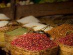"""El cultivo de fruta, verduras y especias en África cuenta con graves carencias debido a los escasos recursos económicos y técnicos. """"Los agricultores no conocen o no pueden comprar pesticidas. El hecho de que se encuentren un poco por detrás les hace estar adelantados al tener productos orgánicos. Desgraciadamente todo en la vida se reduce a la economía: ¿Te lo puedes permitir?"""". Pero este aparente problema se torna en una ventaja para Jethwa. """"El 95% del mundo actual no sabe a qué sabe un pollo. Comen aquellos rollizos de carne blanca cuando los de verdad son oscuros, chiclosos y sabrosos. Es una locura"""":"""