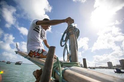 O pescador Alex Banqueiro diz ter sido seduzido pela adrenalina do mar. Tenta levar adiante o legado do pai, pescador e construtor de jangada. É dos poucos filhos de pescadores que querem seguir a labuta do pai.
