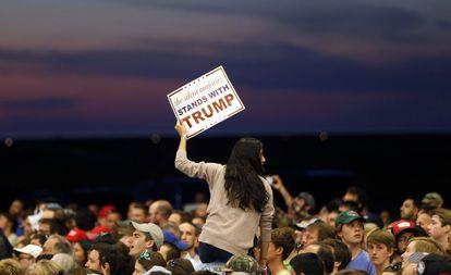 """""""A maioria silenciosa está com Trump"""", diz este cartaz, em um comício em Nova Orleans (Louisiana)."""