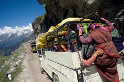 Tráfego intenso na estrada mais alta do mundo, a Leh-Manali Highway, no Himalaia indiano.
