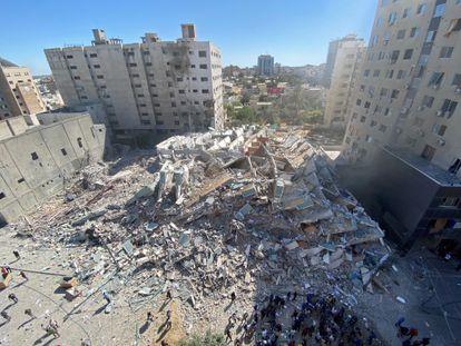 Destroços do prédio onde ficavam as sedes da Associated Press e da Al Jazeera depois do ataque, neste sábado, na cidade de Gaza