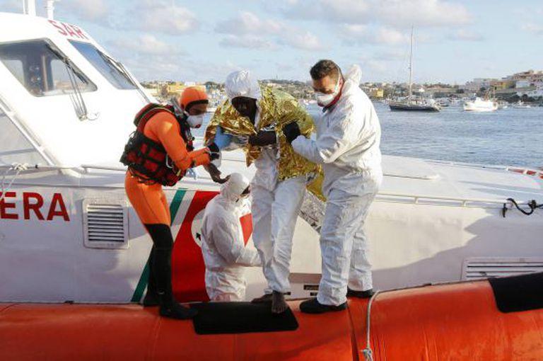 Sobrevivente do naufrágio é levado a Lampedusa.