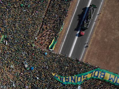 Bolsonaro faz discurso messiânico diante de Esplanada cheia e ameaça enquadrar o Supremo
