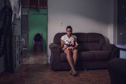 Jaqueline com Lara Sophia, de seis meses, na casa onde moram.