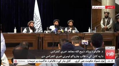 O porta-voz talibã, Zabihullah Mujahid, na primeira coletiva de imprensa do grupo islamista em Cabul.