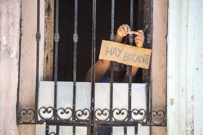 Uma mulher oferecendo comida em uma casa de Havana