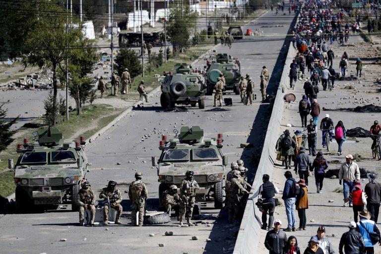 Soldados resguatdam um depósito de combustível em El Alto, nos arredores de La Paz.