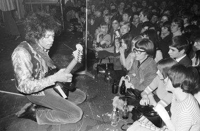 Hendrix se apresenta em Hamburgo, Alemanha, em 1967.
