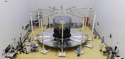 Último teste de exibição do grande para-sol do telescópio Gaia, na base espacial de Kourou, na Guiana Francesa, antes do lançamento.