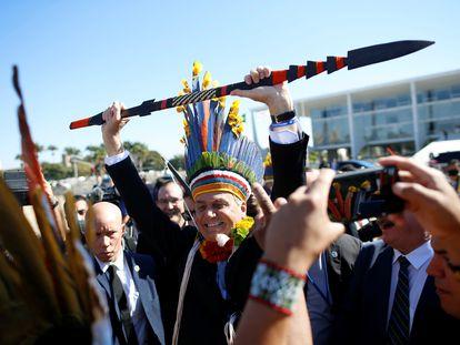 Bolsonaro exibe lança durante encontro com indígenas na quinta-feira na Praça dos Três Poderes.